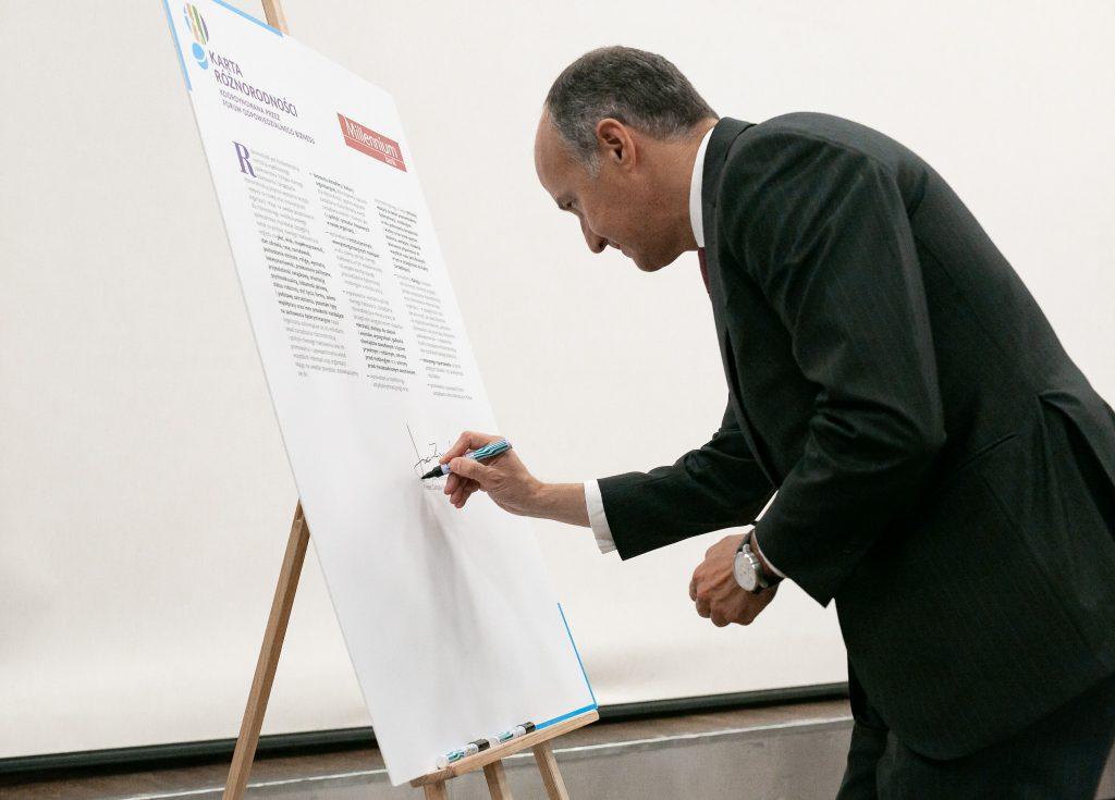 Joao Bras Jorge Prezes Banku Millennium podpisuje kartę Różnorodności
