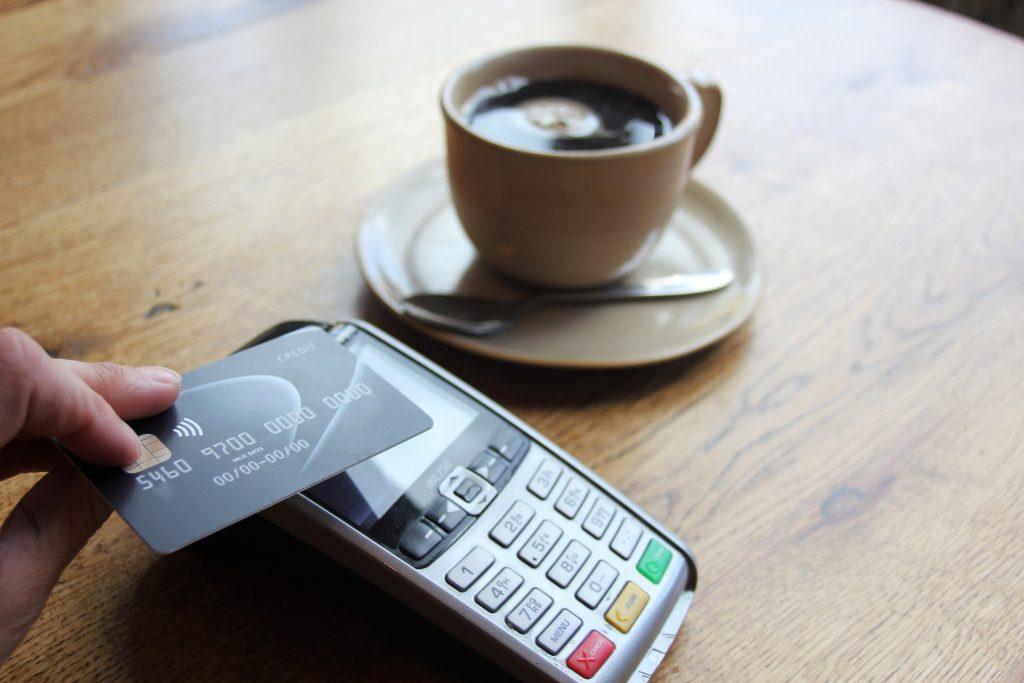 Mamy w portfelach blisko 40 mln kart płatniczych. Coraz rzadziej wypłacamy gotówkę z bankomatów