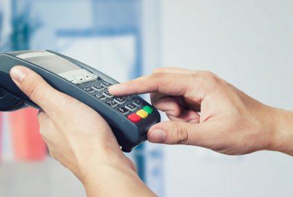 Bank Pekao uruchamia program polecający terminale płatnicze