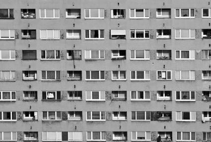Coraz mniej osób zaciąga kredyty mieszkaniowe, za to na coraz większe kwoty. To efekt wzrostu cen nieruchomości