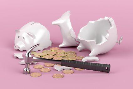 Polacy znów zaczęli wypłacać pieniądze z lokat bankowych