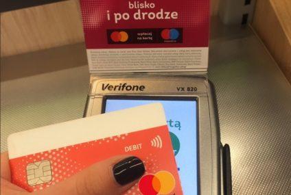Wpłata gotówki na konto podczas zakupów. Współpraca Żabki, Mastercard i First Data