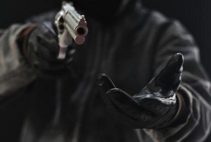 Napady na banki przechodzą do lamusa. Przestępcy wolą łupić bankomaty
