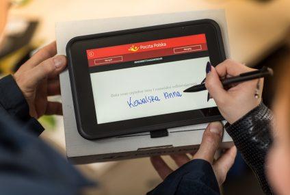 Listonosze Poczty Polskiej oferują kredyty Banku Pocztowego przez tablety