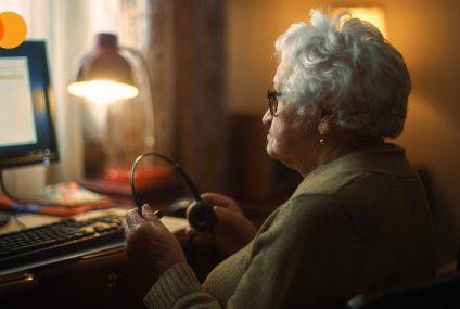 """Mastercard rusza z projektem """"Bezcenne babcie"""". Nowe technologie ułatwią kontakt seniorów z młodymi"""