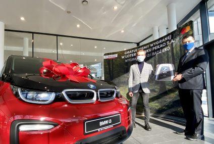 Wielka loteria Banku Pekao rozstrzygnięta. 25-latek z Kielc zwycięzcą samochodu BMW i3